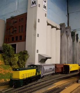 Duluth Switcher spots cars at Garfield Ave Elevators